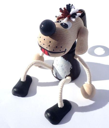 Holzspielzeughund auf einer Feder