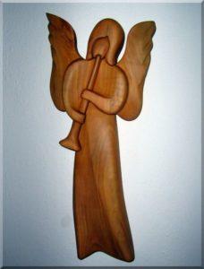 Holzstatuetten, Engel mit Trompete I., 24 cm hölzerner Schutzengel