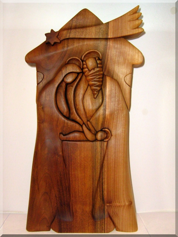 Krippe aus Holz. Josef und Marie mit einem Kind