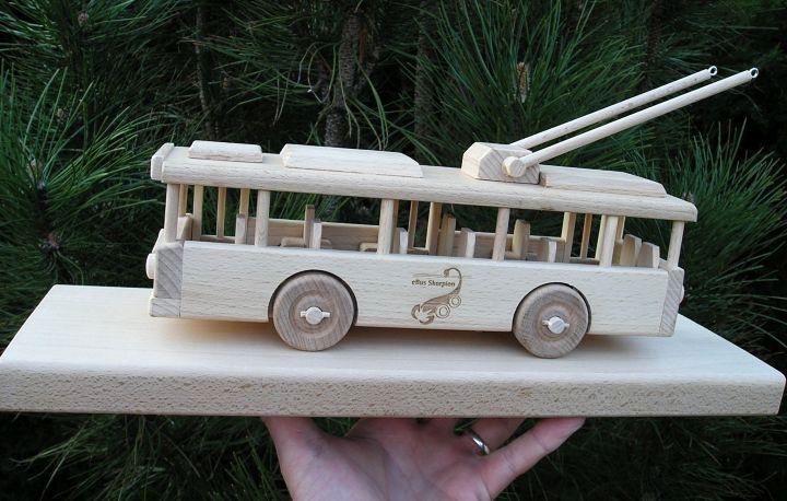 Holzwagen auf einem Sockel – Spielzeug Geschenke für Fahrer