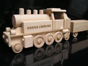 mit einem langen Wagen mit der Möglichkeit, einen anderen Wagen zu kaufen. Dies ist ein brandneues Modell von Holzspielzeug für Kinder Holzgeschenke Holzspielzeug für Kinder