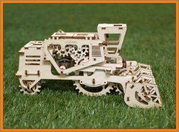 """Mechanisches Puzzle kombinieren, technisches 3D-Kit, Holzspielzeug Der Mähdrescher ist ein 3D-Kit-Puzzle-Modell aus Holz, das verschiedene Variationen (Varianten) der Mechanik bietet. Beim Fahren des Mähdreschers dreht sich die Winde (Scheibe) wie im eigentlichen Prototyp. Das Modell verfügt über eine eingebaute Geheimbox im linken Teil der Kabine. Der mechanische Mähdrescher beginnt mit einer einfachen Bewegung oder einer schnellen Drehung des großen Hinterrads. Auf der anderen Seite der Kabine befindet sich ein Hebel, der verriegelt oder abgesenkt werden kann. Der Mähdrescher arbeitet nach dem (prinzipiellen) """"Gummimotor"""". Ein tolles Geschenk für ältere Jungs Beim Fahren des Mähdreschers dreht sich die Winde (Scheibe) wie im eigentlichen Prototyp. Das Modell verfügt über eine eingebaute Geheimbox im linken Teil der Kabine. Der mechanische Mähdrescher beginnt mit einer einfachen Bewegung oder einer schnellen Drehung des großen Hinterrads. Auf der anderen Seite der Kabine befindet sich ein Hebel, der verriegelt oder abgesenkt werden kann. Der Mähdrescher arbeitet nach dem (prinzipiellen) """"Gummimotor"""". Tolles Geschenk für ältere Jungen"""