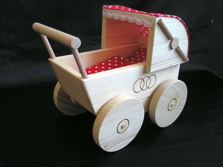 Retro-Kinderwagen aus Holz für Puppen. Holzspielzeug für kleine Mädchen.