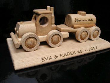 Tanker - Holzspielzeug Geschenk auf einer Basis
