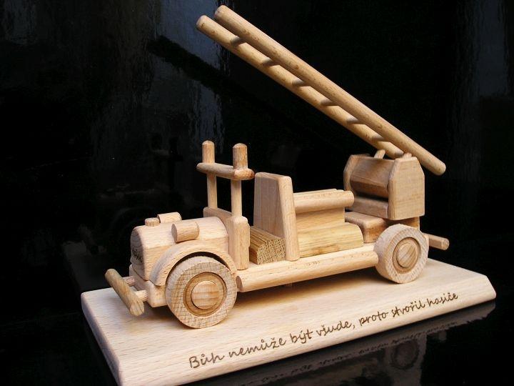 Feuerwehrauto Auto auf einem Podest Holzgeschenke für Feuerwehrleute