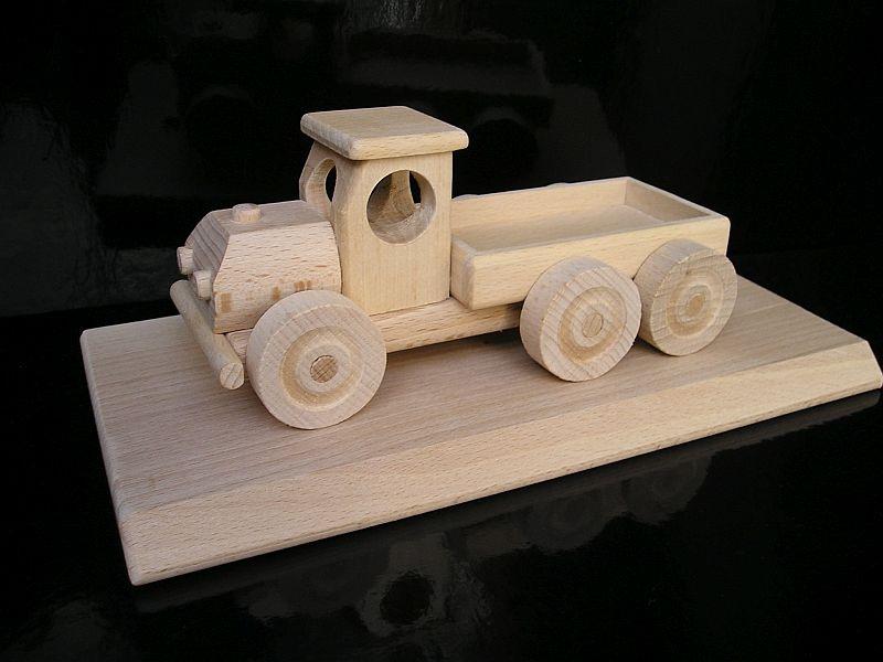 Holzlastwagen Geschenke auf einem Holzsockel mit einem Dorn