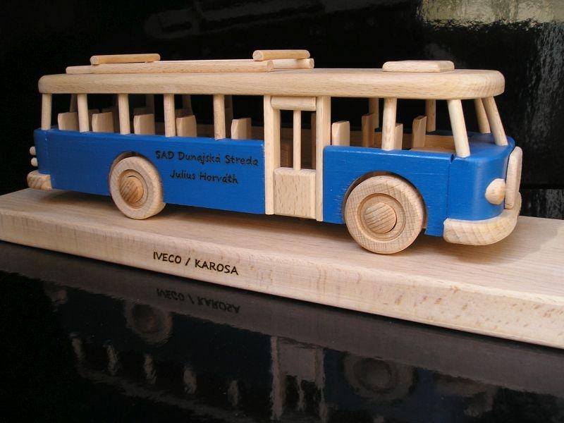 Blauer RTO-Bus auf einem Sockel Holzgeschenk, Spielzeug