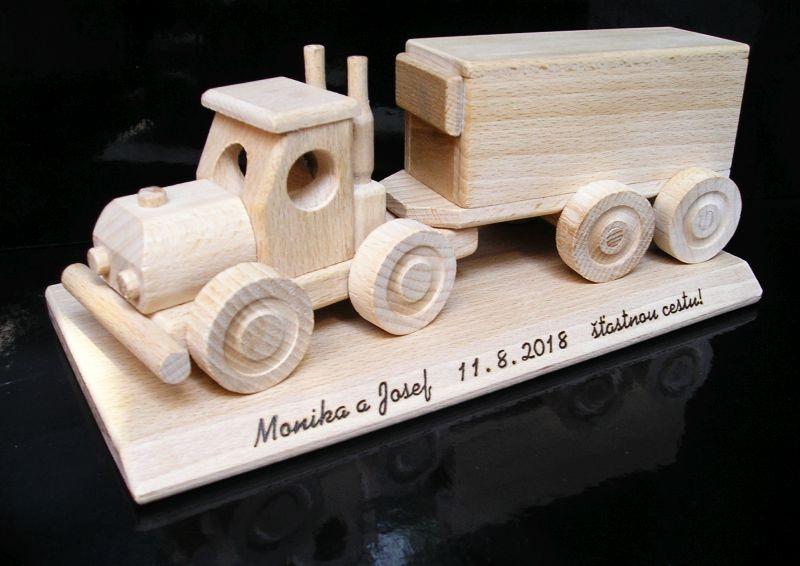 TIR Holztransporter. Ein Geschenk für den Fahrer, LKW-Fahrer