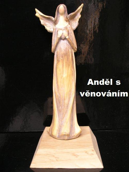 Statuette eines Engels auf einem Holzsockel mit der Möglichkeit der Widmung