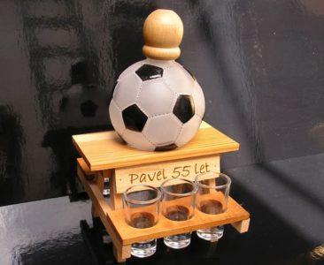 Geschenkflasche und Glas Alkohol für Fußballspieler FUSSBALL