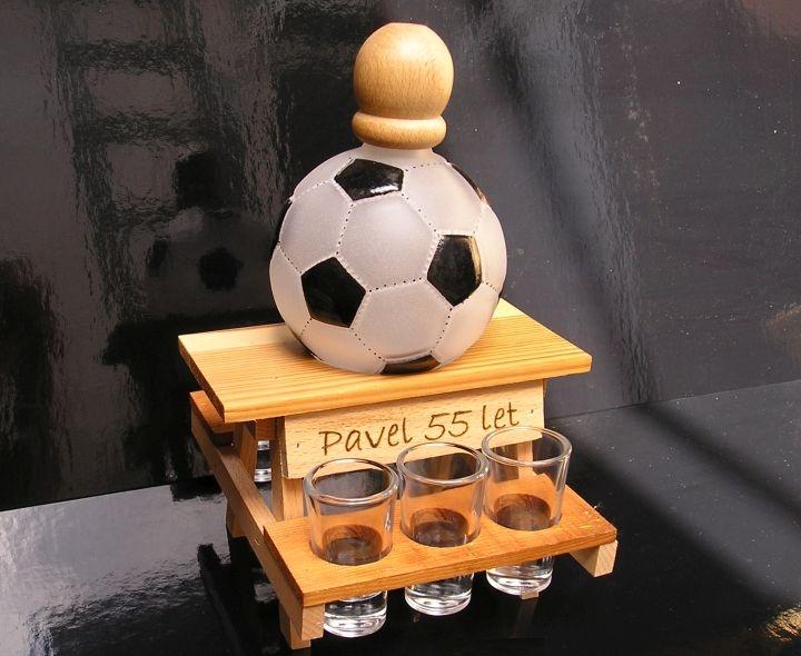 Geschenkflaschen und Alkoholglas für einen Fußballspieler FUSSBALL