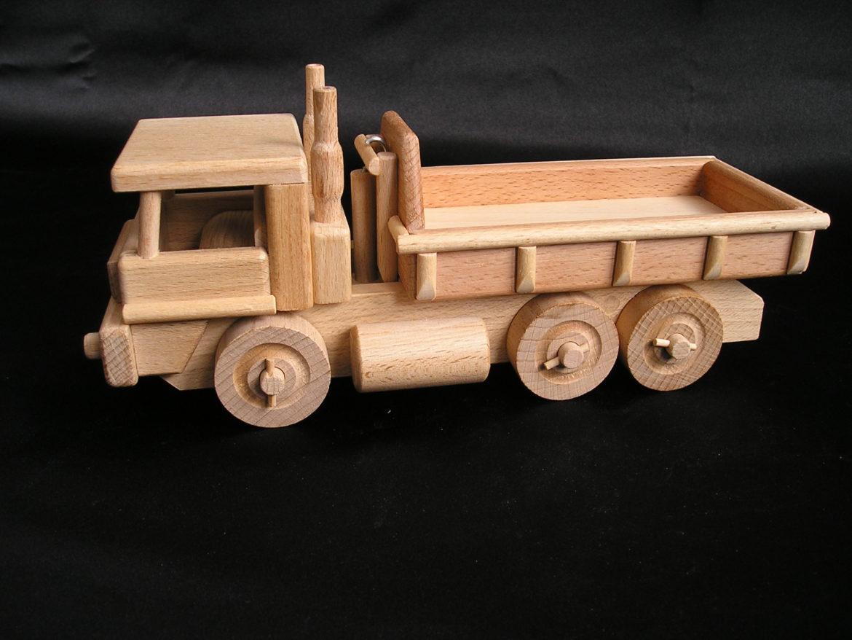 Holzlastwagen mit Container Holzspielzeug Der Spielzeug-Holzlastwagen hat einen Kippbehälter und der Bobík-Lader einen funktionellen beweglichen Eimer. Hergestellt aus strapazierfähigem und hartem Buchenholz. Die Oberfläche ist nur natürlich gewachst und poliert – keine Chemikalien. Die verwendeten Klebstoffe garantieren eine hohe Festigkeit der verbundenen Teile. Die beweglichen Teile des Spielzeugs sind nett zu Kindern. Umweltfreundliches Spielzeug / Modell mit allen Sicherheitszertifikaten. Das Spielzeug wird für immer halten und für immer eine Erinnerung für Kinder und Eltern für den größten Teil des Lebens sein. Das professionelle Design der Geschenkbox mit einer Größe von 40x14x15 cm verstärkt das wunderbare Erlebnis präzise gefertigter Holzmodelle / -spielzeuge. Der innere grafische Einsatz der Box ist ebenso konstruiert wie ein wunderschönes farbiges Podium, das sich hervorragend für andere Kinderspiele für Jungen und Mädchen eignet.