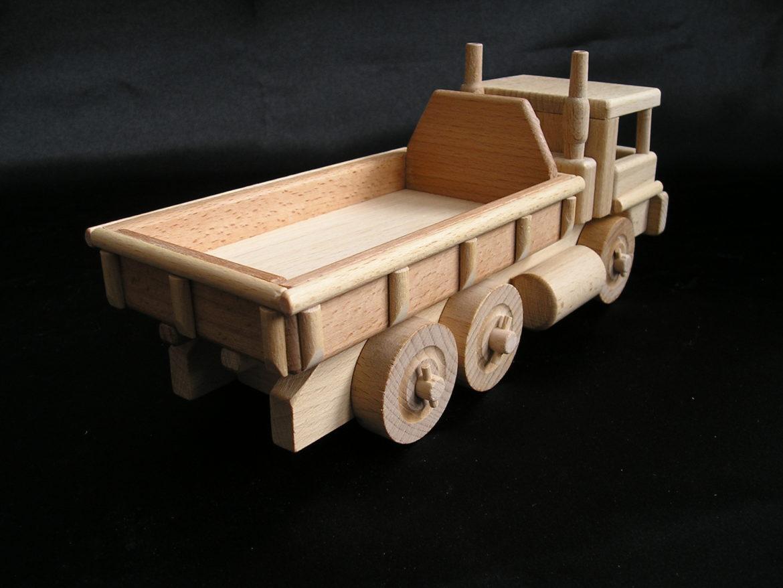 Der Spielzeug-Holzlastwagen verfügt über einen Kippbehälter und der Bobík-Lader über einen funktionierenden beweglichen Löffel. Hergestellt aus strapazierfähigem und hartem Buchenholz. Die Oberfläche ist nur natürlich gewachst und poliert – keine Chemikalien. Die verwendeten Klebstoffe garantieren eine hohe Festigkeit der verbundenen Teile. Die beweglichen Teile des Spielzeugs sind nett zu Kindern. Umweltfreundliches Spielzeug / Modell mit allen Sicherheitszertifikaten. Das Spielzeug wird für immer halten und für immer eine Erinnerung für Kinder und Eltern für den größten Teil des Lebens sein. Das professionelle Design der Geschenkbox mit einer Größe von 40x14x15 cm verstärkt das wunderbare Erlebnis präzise gefertigter Holzmodelle / -spielzeuge. Der innere grafische Einsatz der Box ist ebenso konstruiert wie eine schöne farbige Bühne, die sich hervorragend für andere Kinderspiele für Jungen und Mädchen eignet.