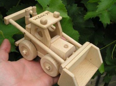 Spielzeug Holztransporter hat einen Kippbehälter und Lader Bobik hat einen funktionellen beweglichen Löffel. Hergestellt aus strapazierfähigem und hartem Buchenholz. Die Oberfläche ist nur natürlich gewachst und poliert - keine Chemikalien. Die verwendeten Klebstoffe garantieren eine hohe Festigkeit der verbundenen Teile. Die beweglichen Teile des Spielzeugs sind nett zu Kindern. Umweltfreundliches Spielzeug / Modell mit allen Sicherheitszertifikaten. Das Spielzeug wird für immer halten und für immer eine Erinnerung für Kinder und Eltern für den größten Teil des Lebens sein. Das professionelle Design der Geschenkbox mit einer Größe von 40x14x15 cm verbessert das wunderbare Erlebnis präzise gefertigter Holzmodelle / -spielzeuge. Der innere grafische Einsatz der Box ist ebenso konstruiert wie ein wunderschönes farbiges Podium, das sich hervorragend für andere Kinderspiele für Jungen und Mädchen eignet.
