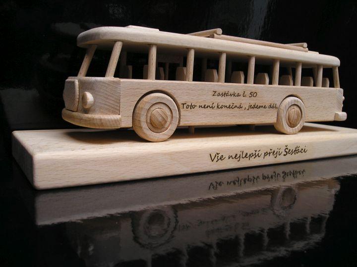 Holzbus, Bus mit Sockel, Spielzeug,  ein Luxus Geschenk für Busfahrerov a zamestnancov dopravných firiem.