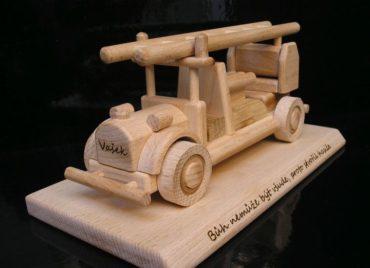 Holzgeschenke für Feuerwehrleute Auto auf Sockel