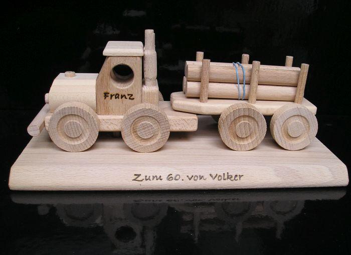 Holzspielzeugwagen und Geschenke für Fahrer