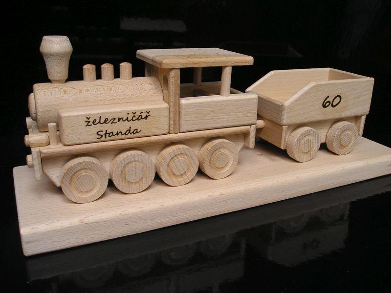Lokomotive auf Sockel, ein Holzgeschenk nicht nur für Fahrer