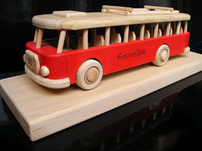 Roter RTO-Bus auf einem Podest Holzgeschenk, Spielzeug