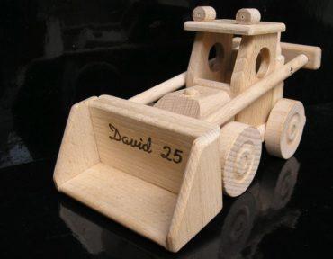 Der Spielzeug-Holzlastwagen verfügt über einen Kippbehälter und der Bobík-Lader über einen funktionierenden beweglichen Löffel. Hergestellt aus strapazierfähigem und hartem Buchenholz. Die Oberfläche ist nur natürlich gewachst und poliert - keine Chemikalien. Die verwendeten Klebstoffe garantieren eine hohe Festigkeit der verbundenen Teile. Die beweglichen Teile des Spielzeugs sind nett zu Kindern. Umweltfreundliches Spielzeug / Modell mit allen Sicherheitszertifikaten. Das Spielzeug wird für immer halten und für immer eine Erinnerung für Kinder und Eltern für den größten Teil des Lebens sein. Das professionelle Design der Geschenkbox mit einer Größe von 40x14x15 cm verbessert das wunderbare Erlebnis präzise gefertigter Holzmodelle / -spielzeuge. Der innere grafische Einsatz der Box ist ebenso konstruiert wie eine schöne farbige Bühne, die sich hervorragend für andere Kinderspiele für Jungen und Mädchen eignet.