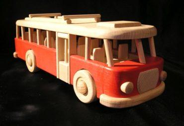 RTO Holz, Busspielzeug Holzspielzeugbus in roter Farbe Premiere eines schönen tschechoslowakischen Holz-RTO-Busses in holzfarbenem Sprühdesign. Länge 32 cm. Der Bus hat seinen typischen Motor neben dem Fahrer. Es ist voll mobil und auch gegen leichtere Hämmer Ihrer Kinder beständig.