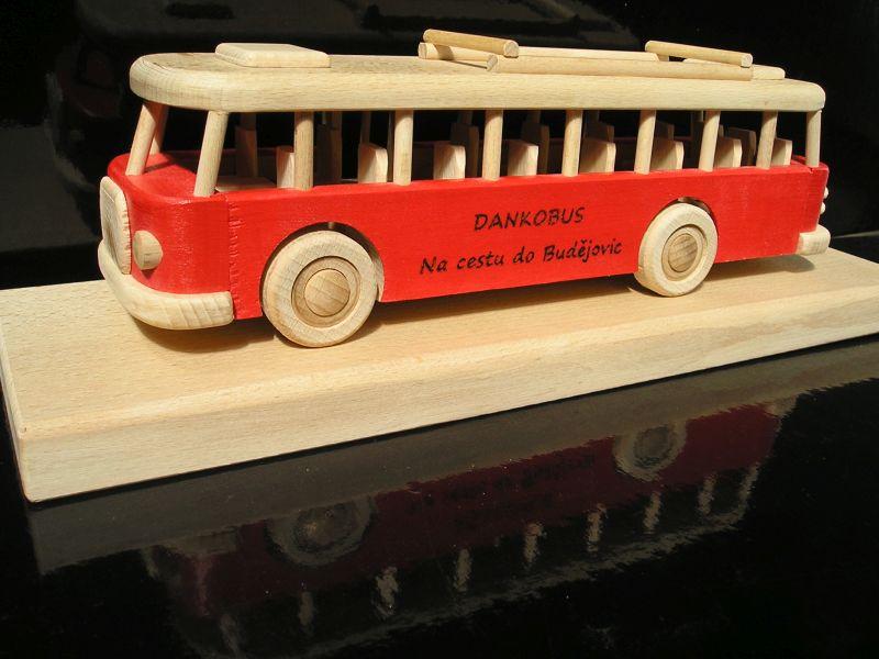 Roter Bus auf einem Podest Holzgeschenk, Spielzeug