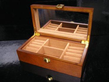 Malá drevená šperkovnica so zrkadlom