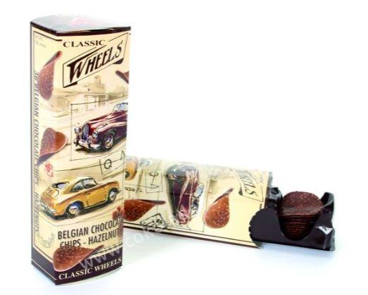 Schokoladenstückchen aus Milchschokolade und Haselnüssen