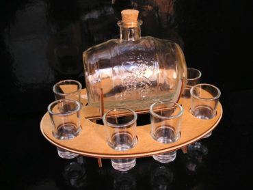 Glasfass mit Tassen Geschenke Weinkeller Brandy